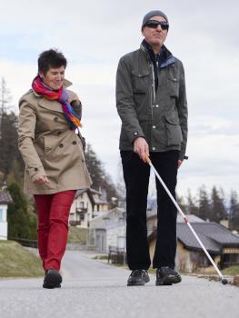 Blinder Mann trainiert den Umgang mit dem Weissenstock in Begleitung mit einer sehender Frau
